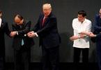Ông Trump lúng túng bắt tay kiểu ASEAN