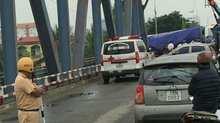 Xe tải lật chặn cầu Rào, đè một phụ nữ chết thảm