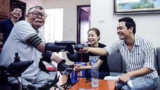 MC Phan Anh trao tay giả cho chiến sĩ sống sót vụ rơi máy bay Mi171