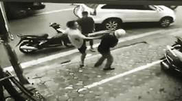 Nam thanh niên tạt đầu, đạp đèn pha ô tô