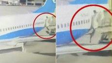 Video nữ tiếp viên hàng không rơi khỏi máy bay