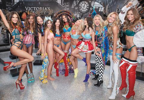 Chân dài Victoria's Secret òa khóc khi nhìn thấy thiết kế mình trình diễn 4
