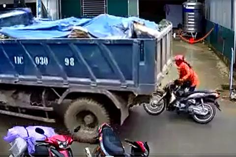 Xe tải lùi ẩu, suýt 'nuốt chửng' người phụ nữ đi xe máy