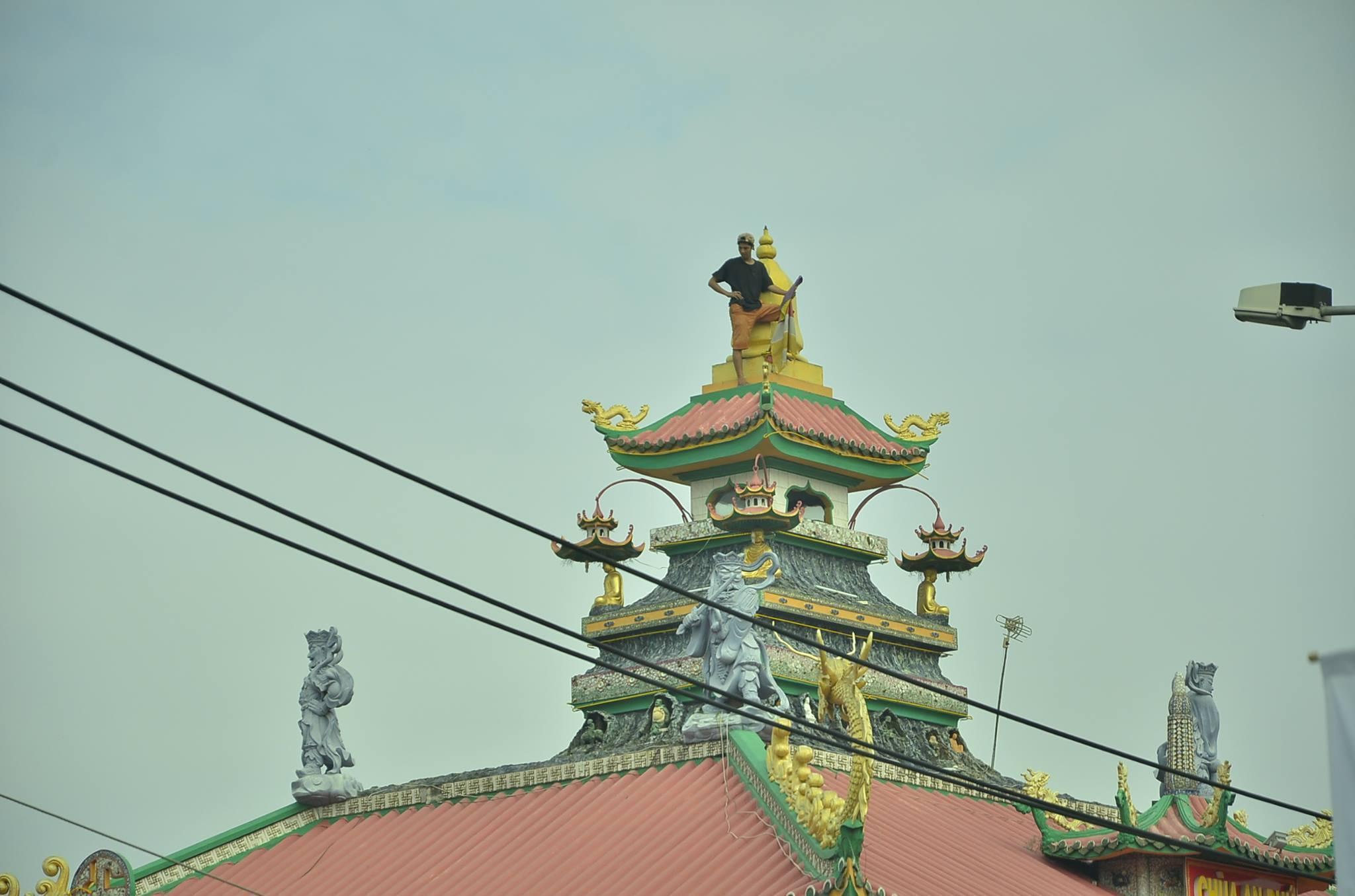 Thanh niên quậy tưng suốt 5 giờ trên nóc nhà chùa Sài Gòn - ảnh 1