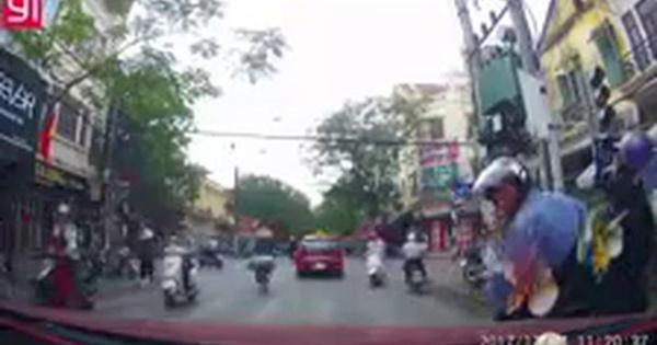 Đăng clip chỉ trích xe máy dừng đột ngột, tài xế ô tô nhận cái kết ê chề