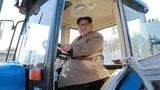 Kim Jong Un hớn hở lái thử máy kéo