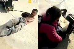 Nhói lòng nhìn người đàn ông lăn lộn kéo vợ đi hát rong