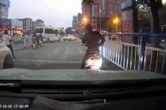Dừng xe giữa đường nghe điện thoại, chàng trai bị đánh