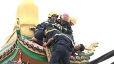 Cảnh sát leo nóc chùa khống chế thanh niên ngáo đá