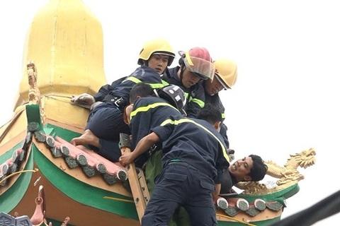 Cảnh sát Sài Gòn leo nóc nhà chùa khống chế thanh niên ngáo đá