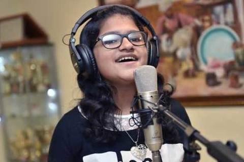 Gặp bé gái 12 tuổi có thể hát 80 thứ tiếng