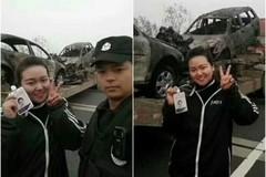 MC truyền hình TQ ra dấu 'chiến thắng' ở nơi tai nạn thảm khốc
