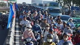 Nhánh cầu 'giải cứu' Tân Sơn Nhất kẹt nghiêm trọng ngày thông xe