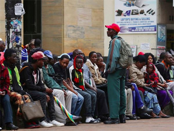 duong-pho-thu-do-zimbabwe-day-xe-tang-dan-un-un-rut-tien