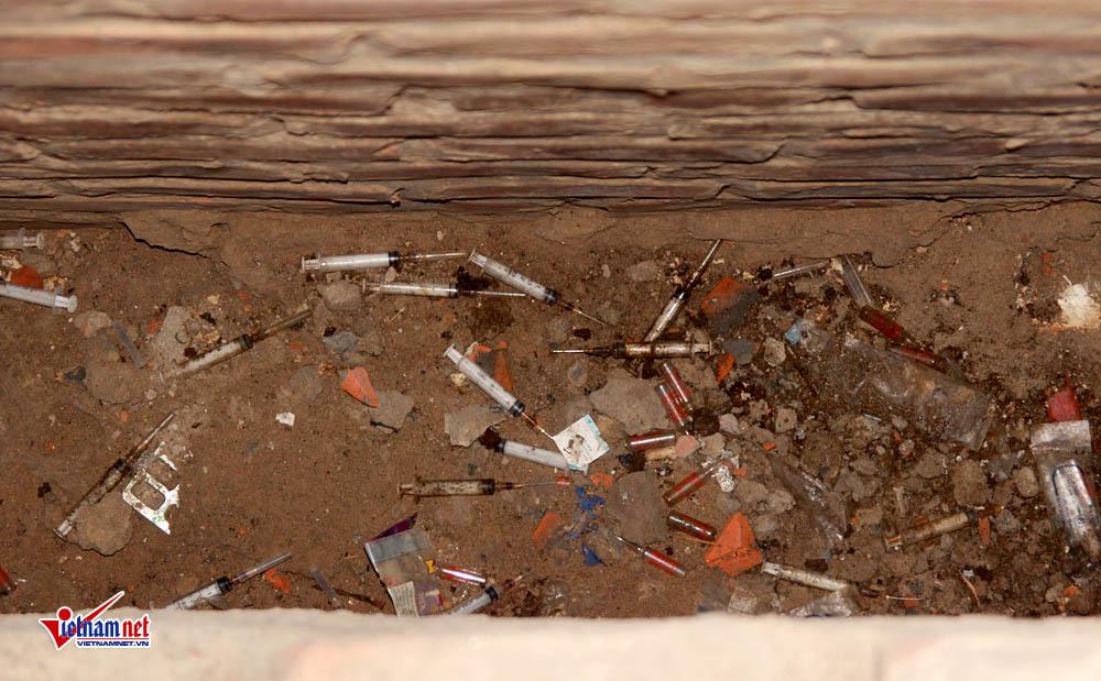 Kim tiêm dính máu vứt trong biệt thự bỏ hoang sát trường mầm non
