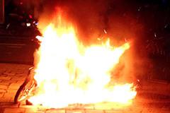 Thanh niên kiểm tra xăng bằng lửa làm cháy xe máy