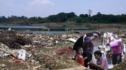 'Xóm 4 không' lên bờ sau 40 năm lênh đênh sông Hồng