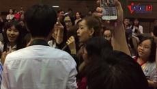 """Chi Pu hát """"Feel Like Oh"""" cùng sinh viên ĐH Kinh tế"""