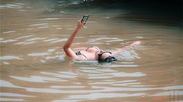 Cô gái mặc bikini nằm đọc sách dưới kênh Nhiêu Lộc để quay clip 'sexy sinh tồn'?