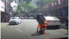 """Đang đi xe bất ngờ bốc cháy, hai """"ninja"""" bỏ của chạy lấy người"""