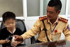 Bé trai 4 tuổi bị lạc mẹ giữa phố đông người ở Hà Nội