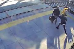 Người đàn ông mù được cứu sống trong gang tấc trước đầu tàu