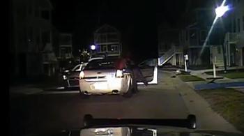 Cướp xe cảnh sát phóng thục mạng sau khi bị bắt