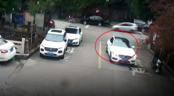 Ngồi buộc dây giày giữa đường, nam sinh bị ô tô nuốt vào gầm