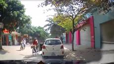 Mở cửa ô tô gây tai nạn, tài xế đứng nhìn rồi bỏ đi