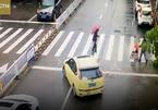 Tài xế bất ngờ lái xe chặn đầu ô tô giữa đường