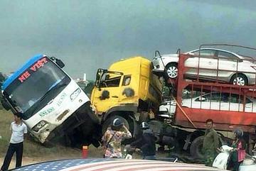 Xe đầu kéo húc xe khách xuống ruộng trên cao tốc Pháp Vân - Cầu Giẽ