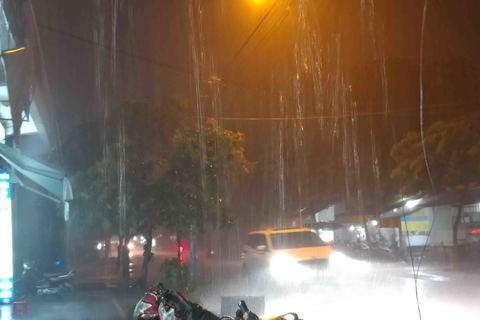 Sài Gòn mưa to, gió lớn trước bão số 14 sắp đổ bộ