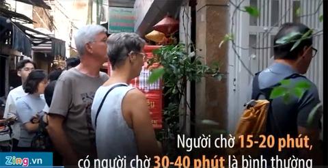 Xếp hàng 30 phút chỉ để ăn một bát bún ngan tại Hà Nội