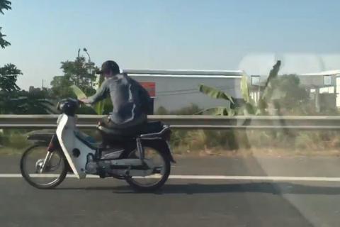 'Quái xế' vắt chân, ngồi lệch người 'lao như bay' trên quốc lộ