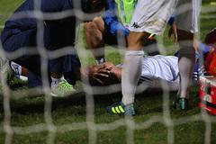 Cầu thủ Quảng Nam nằm bất động, sân Hàng Đẫy chết lặng