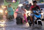 Triều cường dâng cao, người Sài Gòn lại quay cuồng 'vượt lũ'
