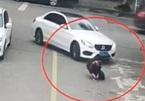 Nam sinh thoát chết dưới gầm ô tô nhờ đeo ba lô