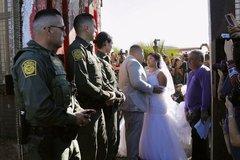 Đám cưới 'xuyên' bức tường biên giới Mỹ-Mexico