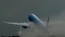 Máy bay đang cất cánh bị sét đánh sáng rực trời