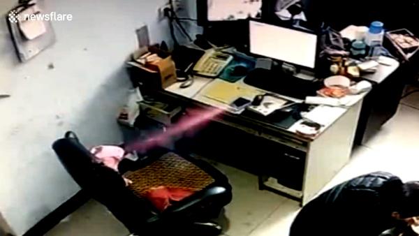 [VietnamNet.vn] Smartphone phát nổ bốc khói mù mịt trên bàn làm việc