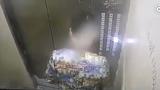 Tiểu bậy gây chập điện, người đàn ông mắc kẹt nhiều giờ trong thang máy