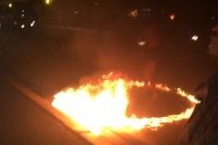 """Cô gái """"múa lửa"""" giữa đường phố gây xôn xao"""