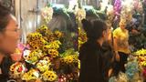 Bị người bán hàng sỉ nhục, cô gái phá nát hàng hoa