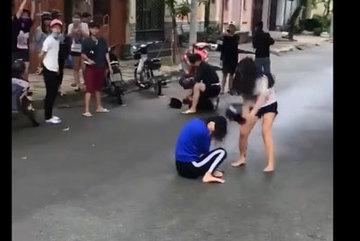 Xôn xao clip nhóm thiếu nữ dùng nón bảo hiểm đánh người
