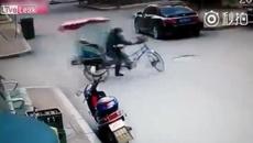Xe ba gác quay như chong chóng giữa ngã tư, tài xế bất lực0