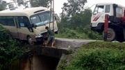 Xe khách đánh lái đột ngột chực rơi vực