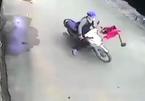 Lao từ trong nhà ra ngoài, bé trai bị xe máy đâm văng