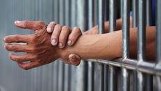 Tử tù tiêm thuốc độc và truyền thông tự đầu độc mình0