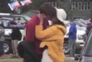 Con gái Obama 'khóa môi' trai lạ