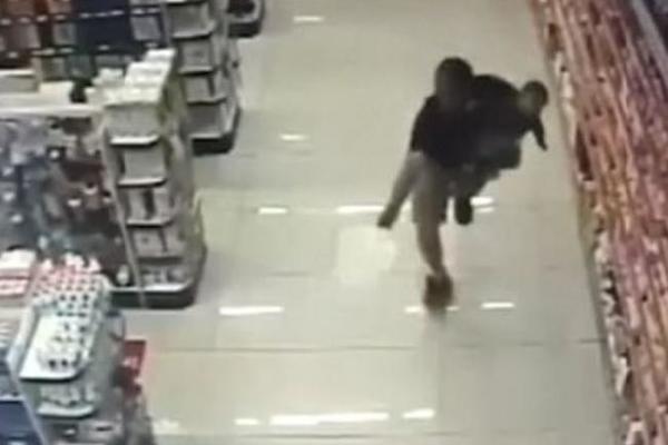Xem cảnh sát Brazil vừa bế con, vừa diệt cướp